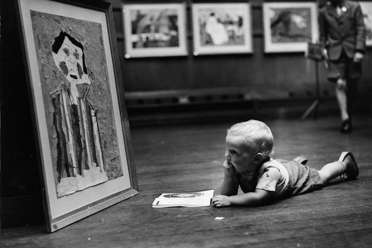 3rd September 1959:  A toddler inspecting one of the paintings on display at the National Exhibition of Children's Art at the Royal Institute Galleries.  (Photo by John Franks/Keystone/Getty Images)