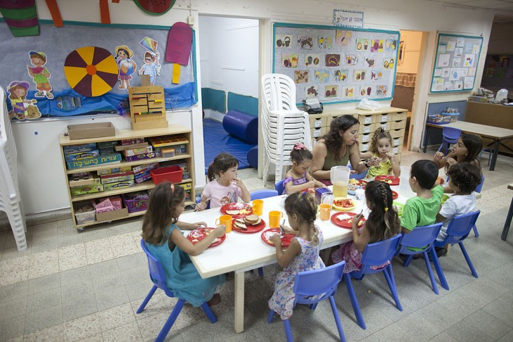 Israeli school children eat their meal in Zikim. (Photo by Lior Mizrahi/Getty Images)