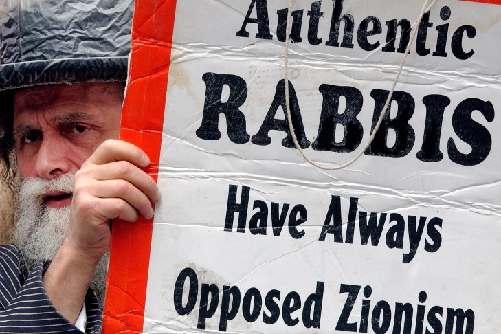 An Orthodox Jew holds an anti-Zionist protest card during the Salute to Israel Parade in New York City. (Photo by Stephen Chernin/Getty Images)